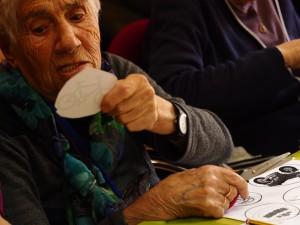 Fotografía en la que se puede ver una anciana recortando en nuestros talleres