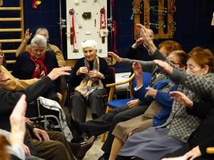 Fotografía en la que se puede ver un grupo de ancianas nuestros talleres