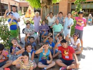 Fotografía en la que se puede ver unos niños disfrutando de actividades culturales