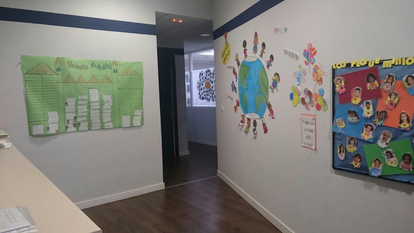 imagen del pasillo de ASVAI en la que se pueden ver murales realizados por nuestros niños