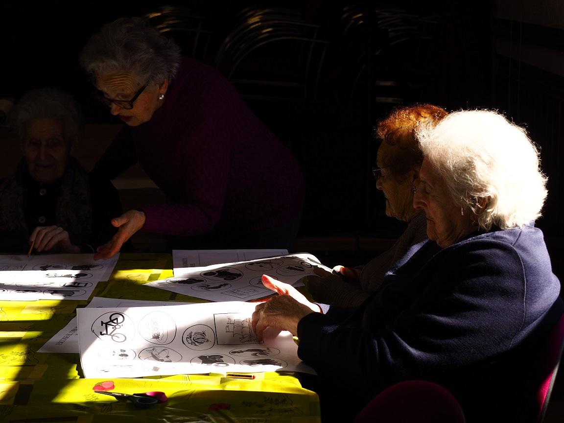 Fotografía de un taller en el que ayudan los voluntarios