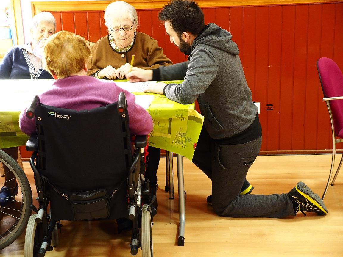 Fotografía en la que se puede ver a un voluntario ayudando en un taller Asvai