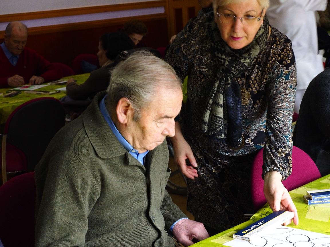 Fotografía en la que se puede ver a una voluntaria ayudando en un taller Asvai
