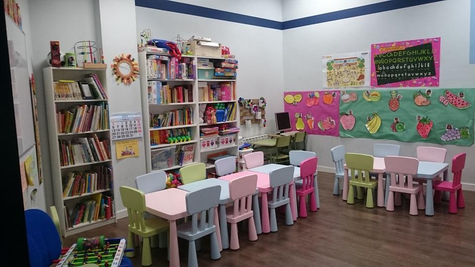imagen de una habitación de ASVAI, con una mesa grande y sillas de colores