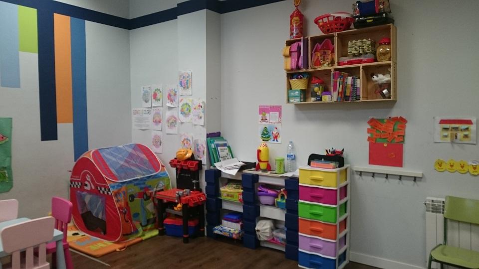 imagen de la una habitación de ASVAI, decorada con multiples colores