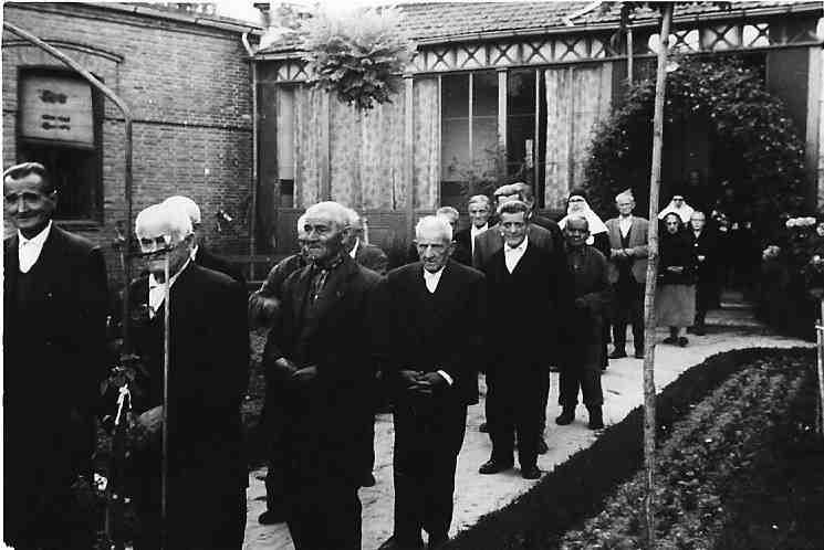 Asiliados de procesion por el jardin ASVAI