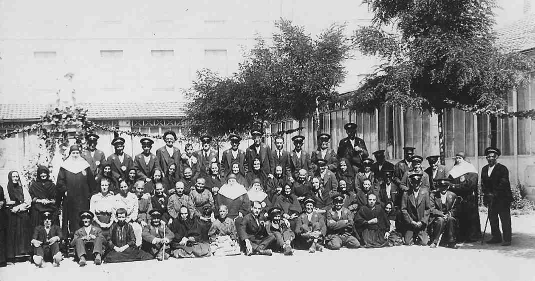 Asiliados y hermanas en la patio ASVAI