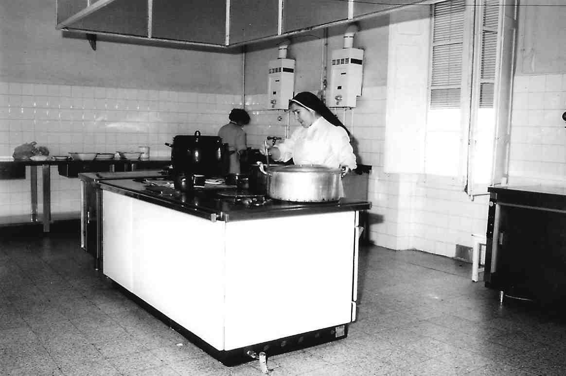 Hermana en las antiguas cocinas ASVAI