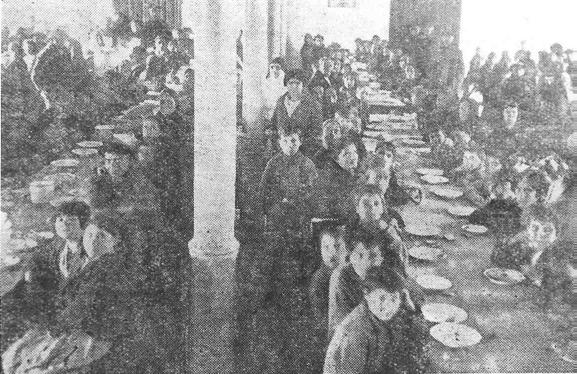 Ninos comiendo en el comedor de asilo ASVAI