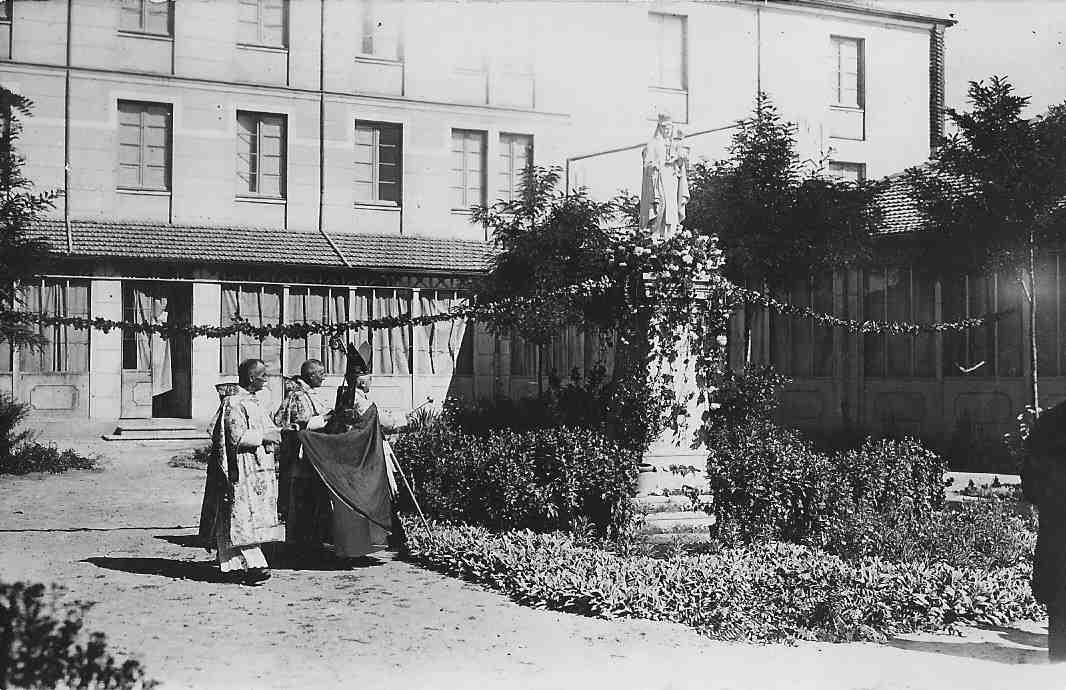 bendicion de la imagen de la virgen del Carmen en el patio ASVAI